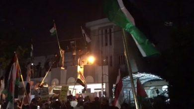Photo of بغداد میں بحرینی سفارت خانے کے سامنے عراقیوں کا احتجاج
