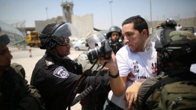 Photo of فلسطینی صحافی پر فوجی عدالت میں مقدمہ چلانے کے خلاف مظاہرہ