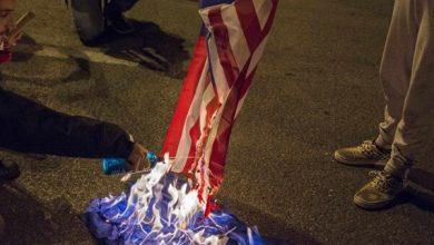 Photo of امریکی مظاہرین نے امریکی پرچم کو وائٹ ہاؤس کے سامنے آگ لگا دی