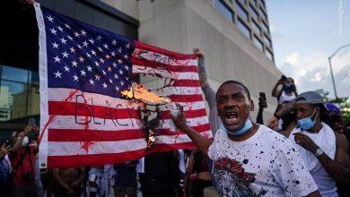 Photo of شہر پورٹلینڈ میں امریکی پرچم نذر آتش