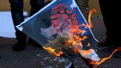 Photo of یمنی عوام نے فرانسیسی جھنڈے اور میکرون کی تصویر کو آگ لگائی