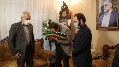 Photo of شہید محسن فخری زادہ کے اہلخانہ کو حرم رضوی کا پرچم دے دیا گیا